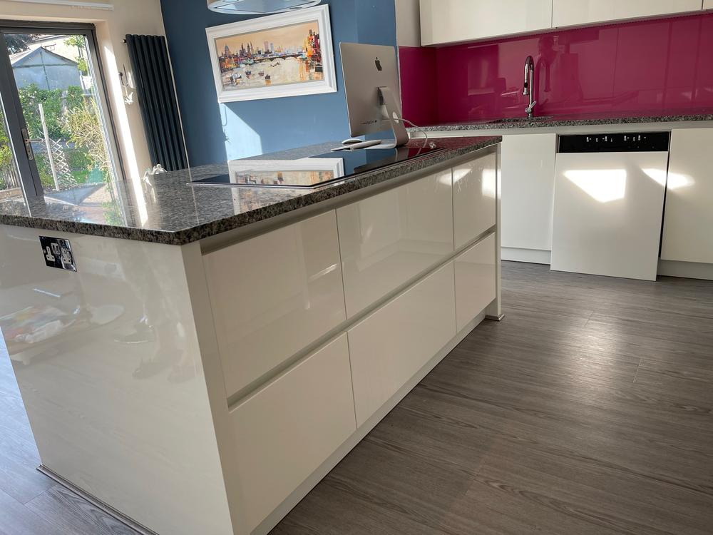 Cream Gloss Kitchen with Appliances MUST BE REMOVED BY 19.7.21 OPEN TO OFFERS