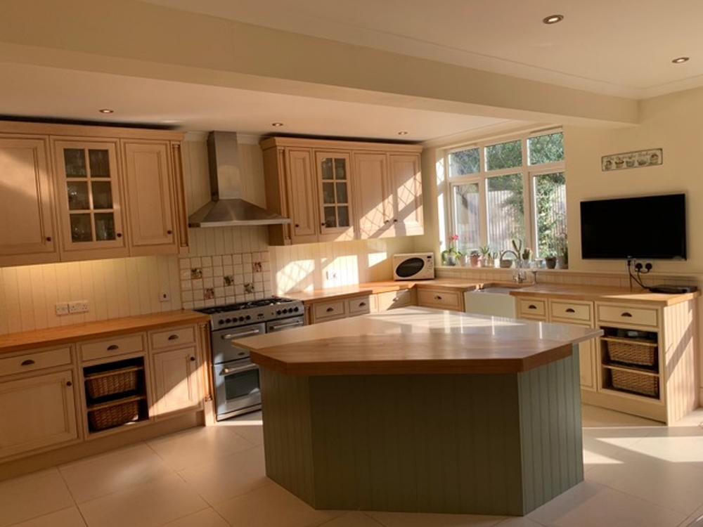 Island Kitchen with Solid Wood & Silstone Quartz Worktops