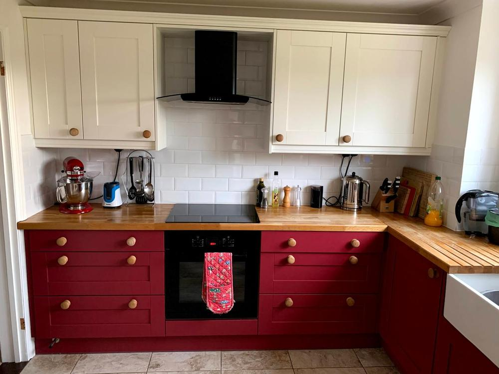 Shaker-Style Painted Kitchen with Oak Worktops & Appliances
