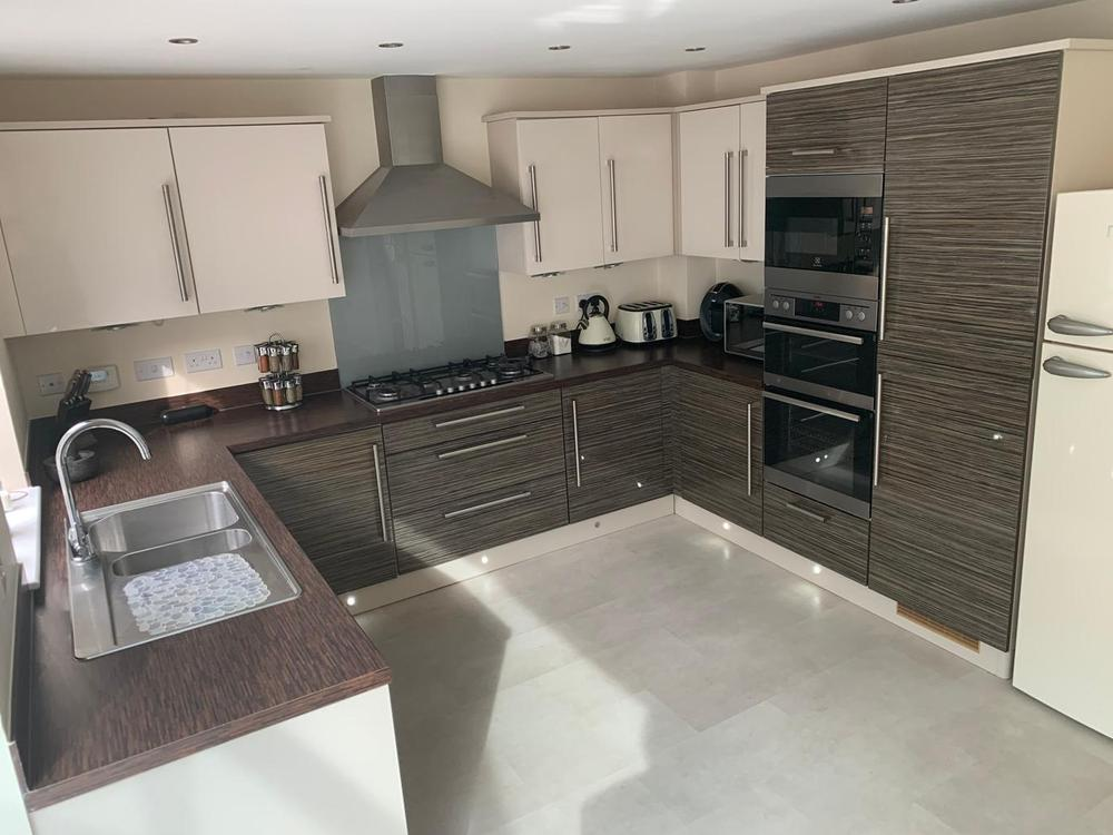 Modern U-Shaped Kitchen with Laminate Worktops & Appliances